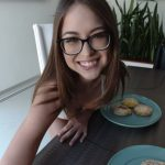 Riley Reid gives you a hand at breakfast